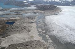 Et billede taget fra helikopter ved Frederikshåb Isblink i Vestgrønland. På billedet kan man se en lille sø, der tidligere har modtaget smeltevand fra gletscheren, når den har været længere fremskreden. Foto: Nicolaj Larsen.