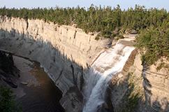 Anticosti Island, Quebec, Canada, er et af de mest spektakulære områder i verden at studere den Sen Ordoviciske masseuddøen i. Det skyldes øens fantastisk velblottede kalksten, der er meget fossilholdige. Hér Canadas næsthøjeste vandfald, det 76 m høje Vauréal Falls. Den store uddøen starter lige ved de kalklag, hvor vandfaldet begynder. Foto: CMØ Rasmussen.