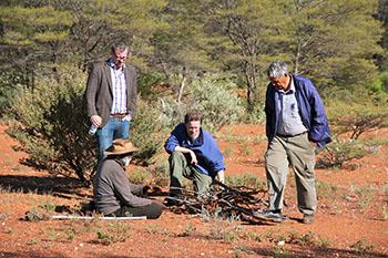 Professor Eske Willerslev taler med aborigin elders i Kalgoorlie området i Sydvestaustralien i 2012. (Foto: Preben Hjort, Mayday Film)