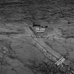 Der har eksisteret flydende vand på Mars i længere tid, end forskerne hidtil har troet. Det indikerer opdagelsen af lyse områder omkring klippesprækker – kaldet 'haloer' – med højt siliciumindhold i Gale krateret på Mars. Foto: NASA/JPL-Caltech.